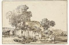 Huis met houten omheining tussen bomen
