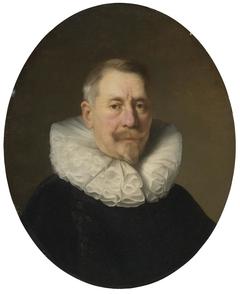 Elderly Man in a Figure-8 collar 'à la confusion'