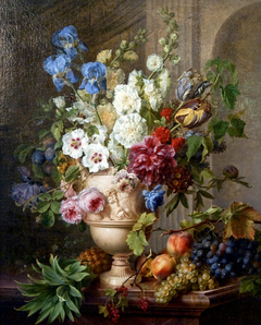 Fleurs dans un vase en albâtre avec des fruits sur un plateau de marbre