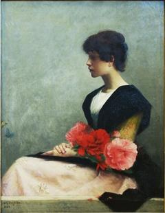 Jeune femme assise tenant des fleurs dans les bras