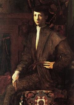 Ritratto di giovane seduto su tappeto