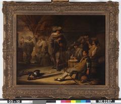 Interieur met drinkende soldaten bij kaartspel