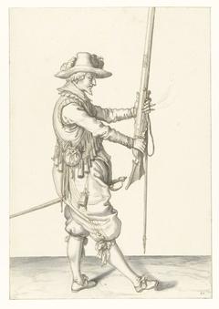 Soldaat die zijn musket met beide handen rechtop voor zich vasthoudt