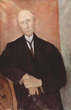 Sitzender Mann vor orangem Hintergrund