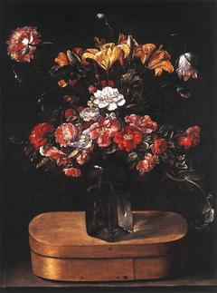 Vase de fleurs sur une boite à copeaux