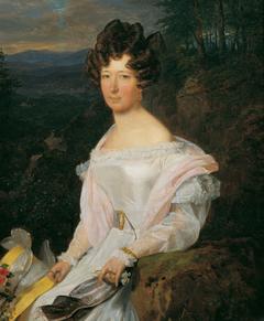 Dame in weißem Kleid vor einer Wienerwaldlandschaft