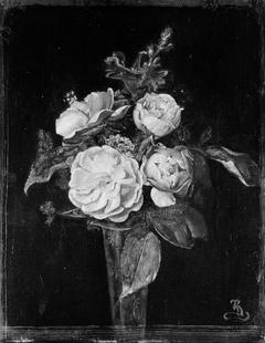 Roser og reseda i et blomsterglas